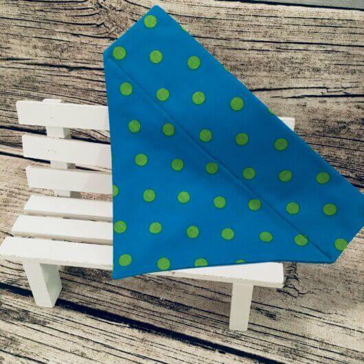 Hundehalstuchblau mit Punkten in Kiwigrün