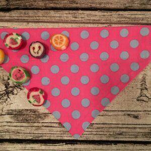 Hundehalstuch hellblaue Punkte auf pink