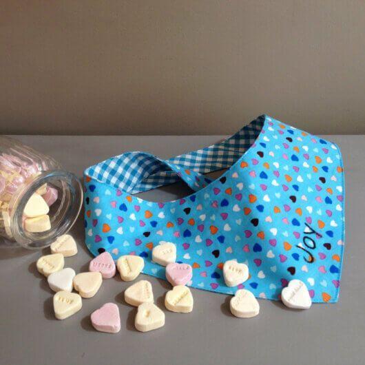 candy colors herzchen auf hellblau hundehalstuch zum binden 606a4ce1