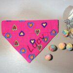 Hundehalstuch Herziges Hundehalstuch mit Tunnel – Candy Colors – Herzen pink bunt
