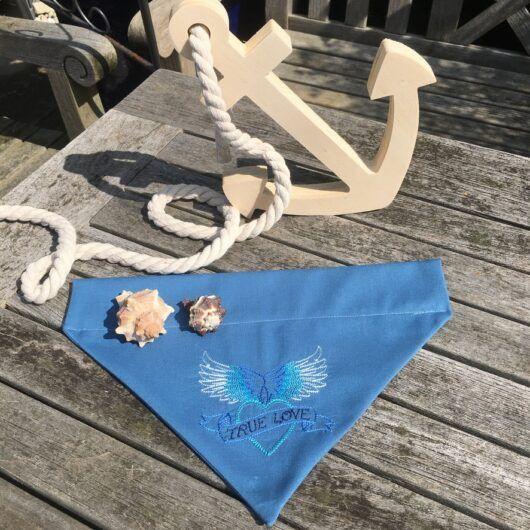 True Love blau, Hundehalstuch mit Stickerei im Tatoo-Stil