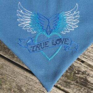 True Love blau, Detail der Stickerei