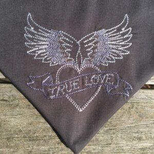 True Love grau, Stickerei im Detail